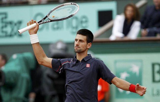 Je to marný, je to marný, jako by si říkal Srb Novak Djokovič v prvních dvou setech finále French Open proti antukovému králi Rafaelu Nadalovi