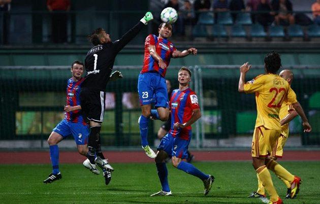 Brankář Dukly Filip Rada vyboxovává míč před plzeňským Markem Bakošem.