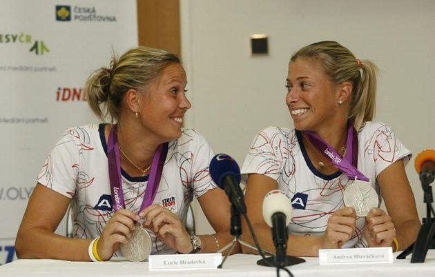Stříbrné olympijské deblistky Lucie Hradecká (vlevo) a Andrea Hlaváčková na tiskové konferenci po příletu z Londýna