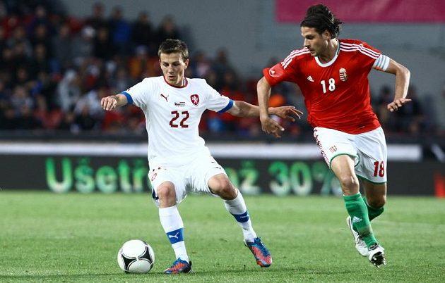 Vladimír Darida (vlevo) si kryje míč před Maďarem Szabicsem