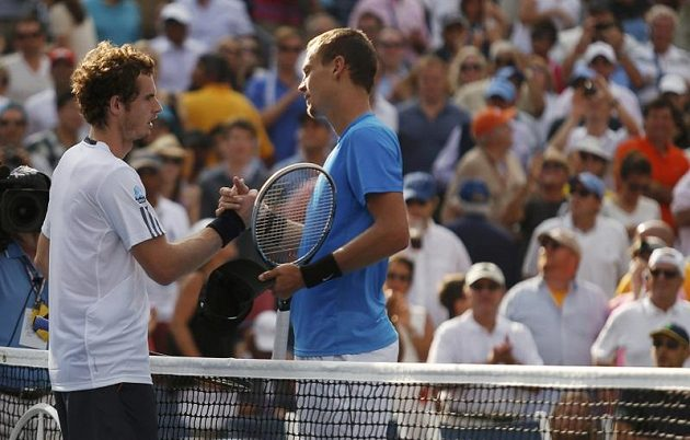 Andy Murray a Tomáš Berdych si podávají ruce po semifinále US Open, v němž zvítězil britský tenista.