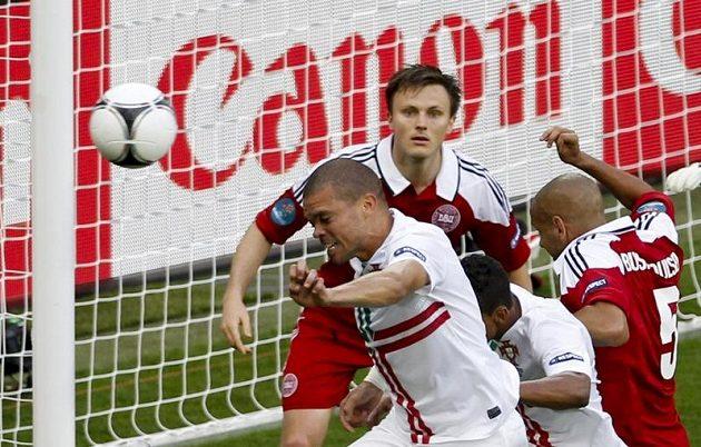 Pepe (zcela vlevo) si naběhl a hlavičkou poslal poprvé míč do dánské branky