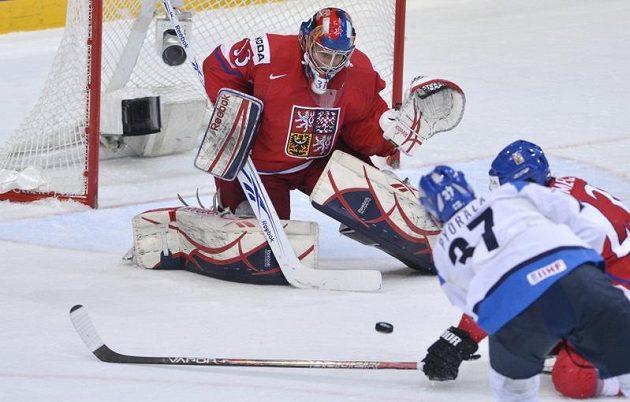 Český brankář Jakub Štěpánek čelí nájezdu Fina Miky Pyöräläho v utkání o bronz na MS v Helsinkách.