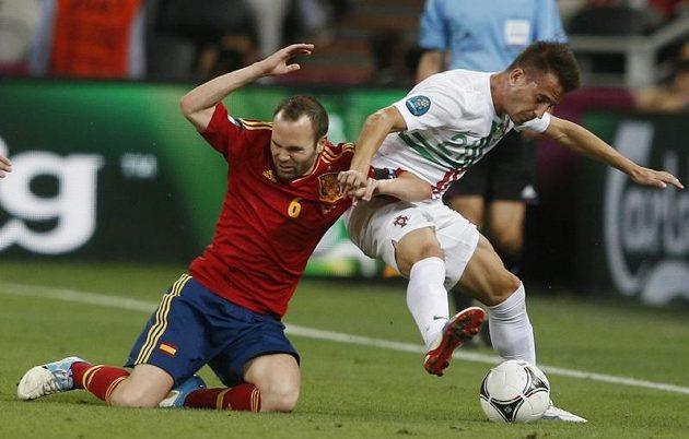 Portugalský zadák Bruno Alves (vpravo) nepustil do šance Andrése Iniestu