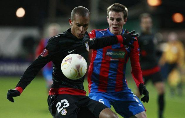 Miranda (vlevo) z Atlétika Madrid a Vladimír Darida z Plzně v utkání Evropské ligy.