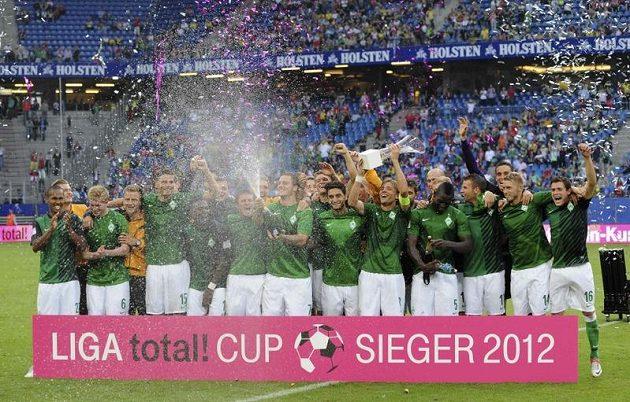 Fotbalisté Werderu Brémy (zcela vlevo Theodor Gebre Selassie) oslavují vítězství na přípravném turnaji v Hamburku. Werder zdolal mistrovský Dortmund i Bayern Mnichov.