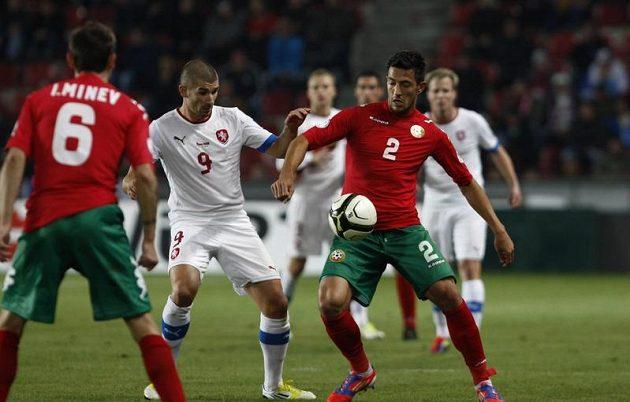 Jan Rezek (vlevo) a Stanislav Manolev z Bulharska bojují o míč