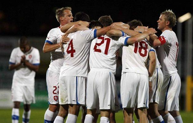 Čeští fotbalisté se radují z Lafatovy branky proti Izraeli.