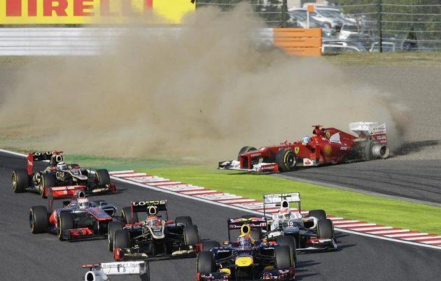 Fernando Alonso se dostal po kolizi mimo trať a musel ze závodu odstoupit.