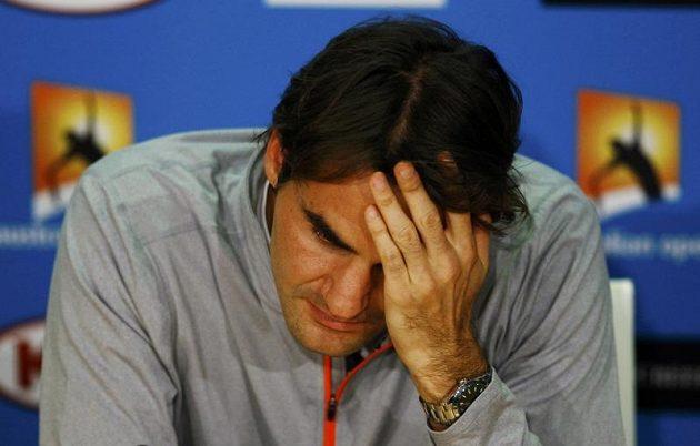 Po dalším grandslamovém triumfu toužil i veterán Roger Federer. V pětisetové semifinálové bitvě však nestačil na Andyho Murrayho a po porážce neskrýval zklamání.
