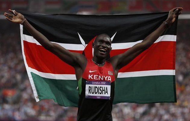 David Lekuta Rudisha oslavuje s keňskou vlajkou.