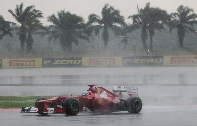 Španěl Fernando Alonso s Ferrari během deštivé Velké ceny Malajsie.