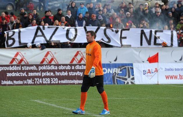 Fanoušci gratulují prostřednictvím transparentu brankáři Sparty Jaromíru Blažkovi k 40. narozeninám.
