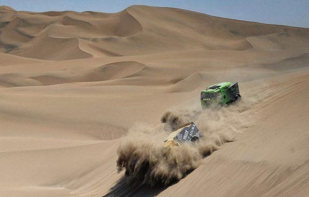 Jaroslav Valtr s liazem (vlevo) při prudkém sjezdu z písečné duny, v závěsu jede Tomáš Vrátný s tatrou.