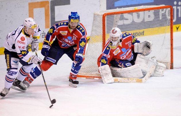 Štěpán Hřebejk (vlevo) z Chomutova se snaží uvolnit do střelecké pozice. Brání ho Jakub Kindl (druhý zleva).