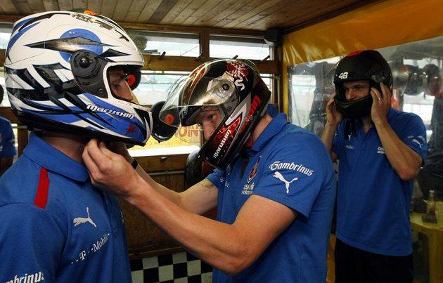 František Rajtoral upravuje přilbu spoluhráči z Plzně i národního týmu Vladimíru Daridovi při motokárové show v Radotíně.