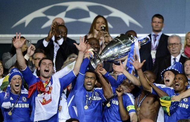 Fotbalisté Chelsea s pohárem pro vítěze Ligy mistrů.
