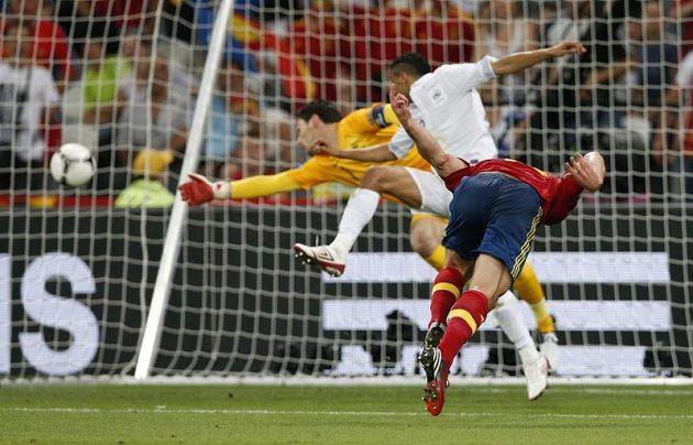 Xabi Alonso (vpravo) střílí úvodní gól španělského výběru ve čtvrtfinále ME proti Francii