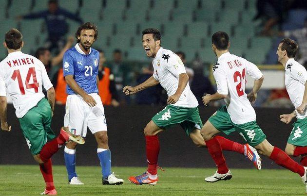 Bulharský fotbalista Stanislav Manolev (třetí zleva) se raduje ze vstřelení branky v kvalifikačním utkání proti Itálii.
