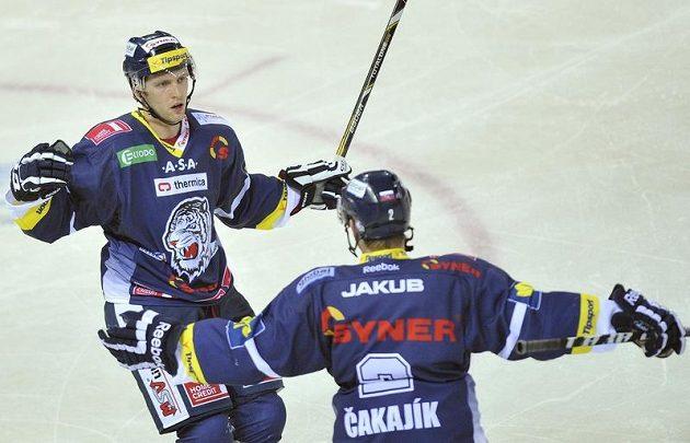 Liberecký útočník Tomáš Pospíšil (vlevo) se raduje ze vstřelení gólu do sítě Třince.