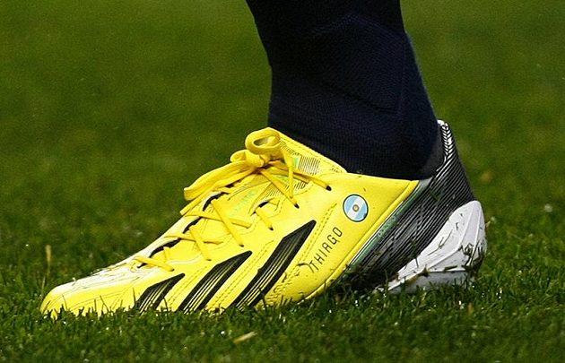 Malý Thiago Messi už je vyšitý na tátových zázračných kopačkách...