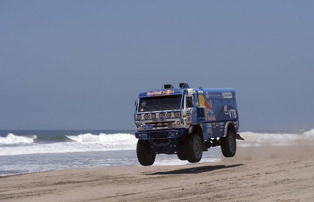 Rus Eduard Nikolajev si na Dakaru v kategorii kamiónů upevnil vedení.