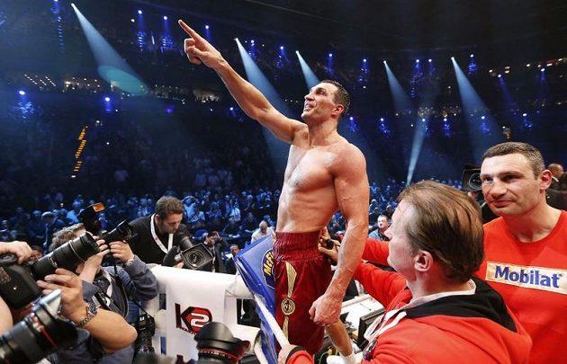 Ukrajinský boxer Vladimir Kličko oslavuje vítězství nad Polákem Mariuszem Wachem.