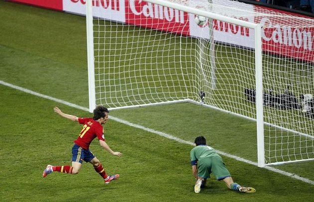 Španěl David Silva (vlevo) překonává italského gólmana Gianluigi Buffona ve finále ME v Kyjevě.