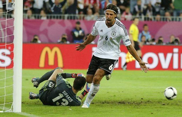Sami Khedira se raduje z gólu ve čtvrtfinále proti Řecku