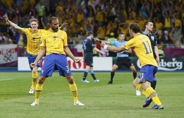 Olof Mellberg (druhý zleva) se raduje se spoluhráči z branky.