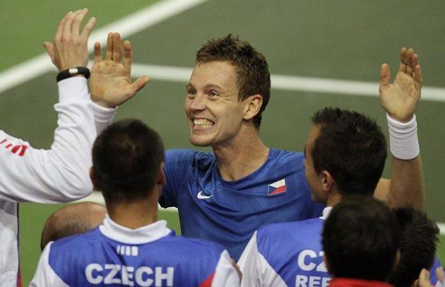 Vyrovnáno! Tomáš Berdych se raduje po výhře nad Španělem Nicolásem Almagrem s dalšími členy daviscupového týmu