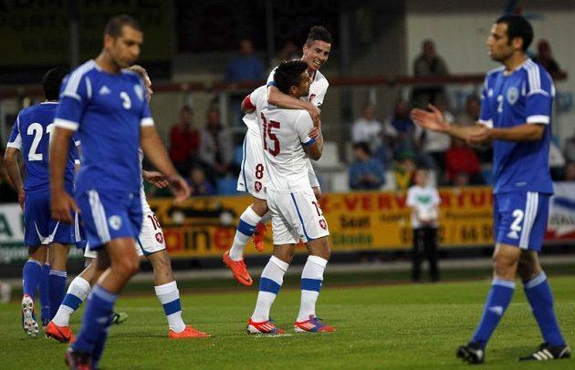 Milan Baroš se raduje s Milanem Petrželou ze své branky proti Izraeli.