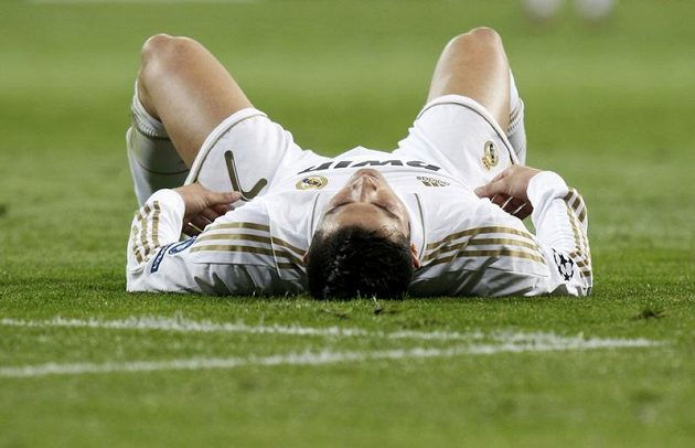 Cristiano Ronaldo na zemi během odvety semifinále Ligy mistrů proti Bayernu v odvetě semifinále Ligy mistrů.