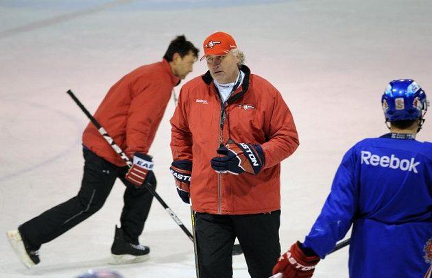 Kouč Miloš Říha (druhý zprava) během tréninku pardubických hokejistů. Vlevo asistent trenéra David Pospíšil.
