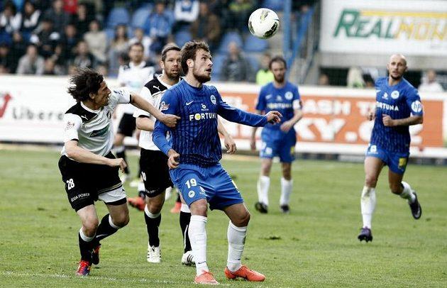 Liberecký Michael Rabušic si kryje míč před Mariánem Čišovským z Plzně.