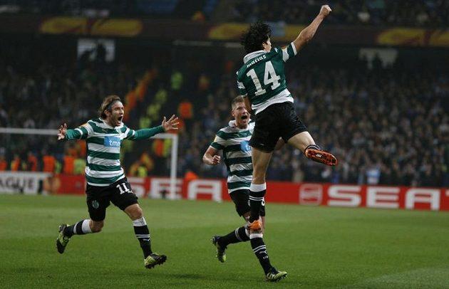 Fotbalisté Sportingu Lisabon se radují z branky do sítě Manchesteru City, kterou vstřelil Matias Fernandez (vpravo).