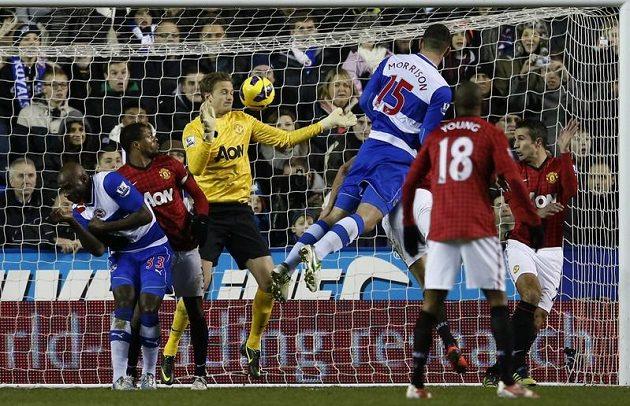 Sean Morrison (třetí zprava) z Readingu střílí gól do sítě Manchesteru United.