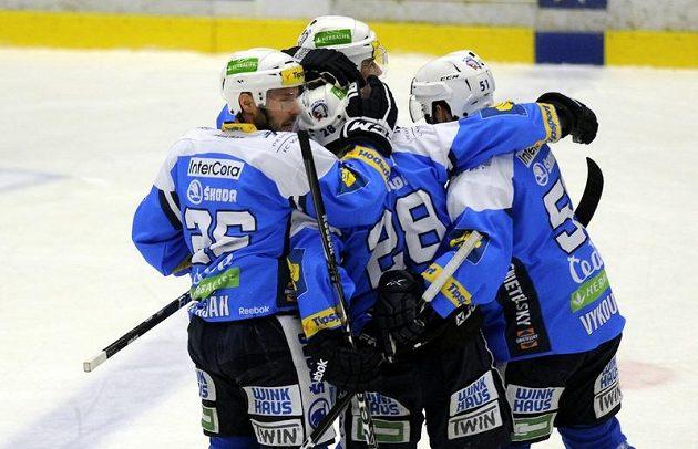Hokejisté Plzně se radují z gólu, kterým snížili náskok Brna na 1:3.