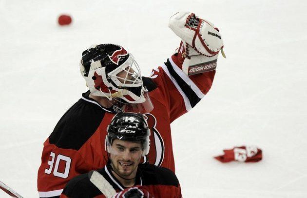 Jeden z hrdinů večera gólman Devils Martin Brodeur zdraví diváky.