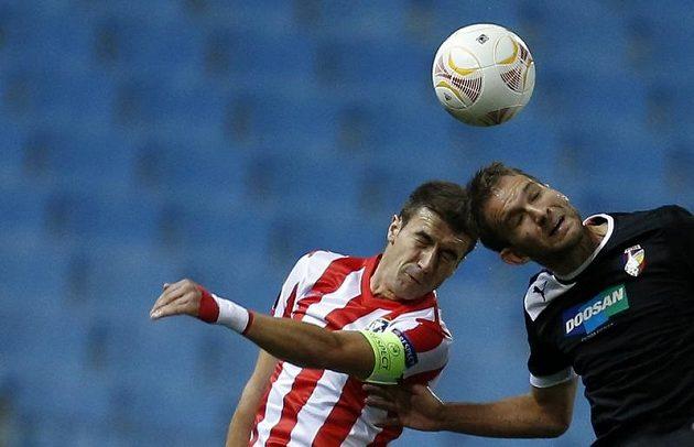 Plzeňský útočník Marek Bakoš v hlavičkovém souboji s Gabim z Atlétika Madrid.