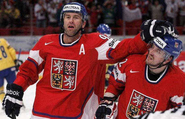 Petr Nedvěd (vlevo) oslavuje s Petrem Koukalem svůj gól proti Švédsku.