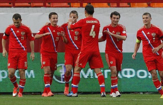 Ruský reprezentant Viktor Fajzulin oslavuje se spoluhráči gól proti Severnímu Irsku.