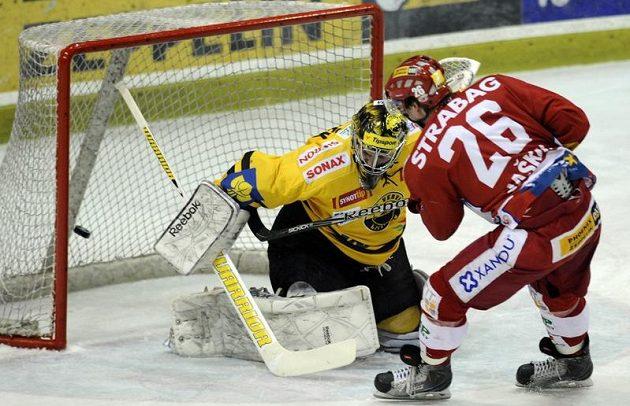 Dmitrij Jaškin ze Slavie dává gól brankáři Litvínova Petru Fraňkovi.