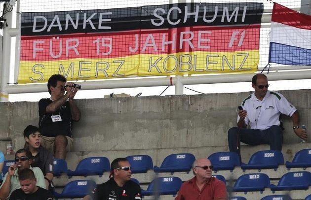 """""""Díky, Schumi, za 19 let v F1"""", hlásá transparent. Fanoušci formule 1 se loučili s odcházejícím sedminásobným světovým šampiónem Michaelem Schumacherem"""