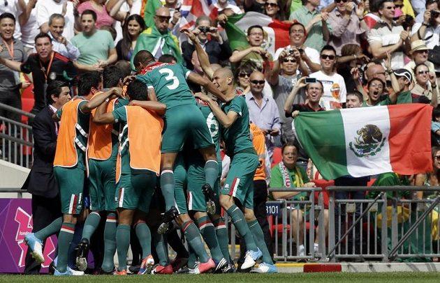 Mexičtí fotbalisté se radují po brance, kterou vstřelili ve finále LOH Brazílii.