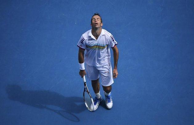 Smutné gesto Radka Štěpánka během utkání s Novakem Djokovičem.