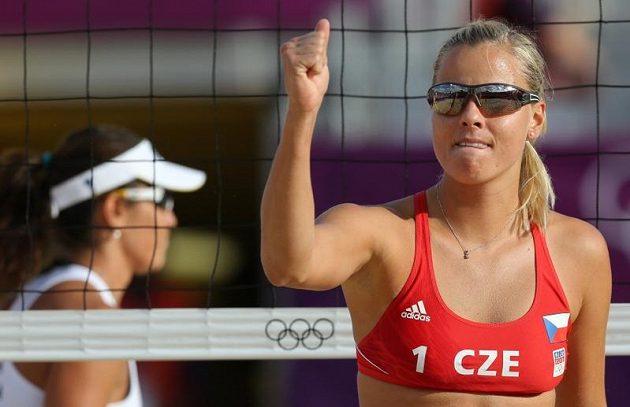 Markéta Sluková oslavuje získaný bod v osmifinálovém duelu olympijského turnaje proti brazilskému páru Talita, Antonelliová.