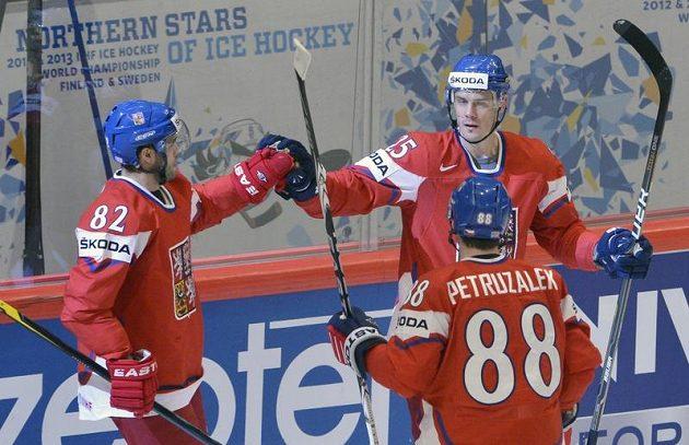 Zleva český útočník Michal Vondrka, obránce Lukáš Krajíček a útočník Jakub Petružálek se radují z druhého gólu.