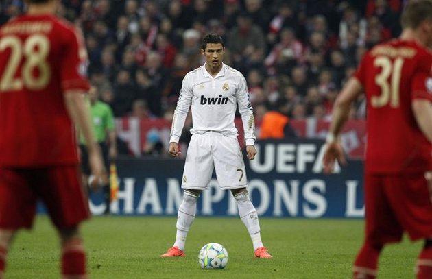 Cristiano Ronaldo z Realu Madrid si chystá míč před hráči Bayernu