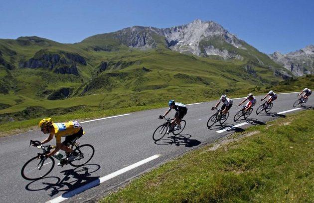 Britský cyklista Bradley Wiggins (vlevo) během 99. Tour de France.
